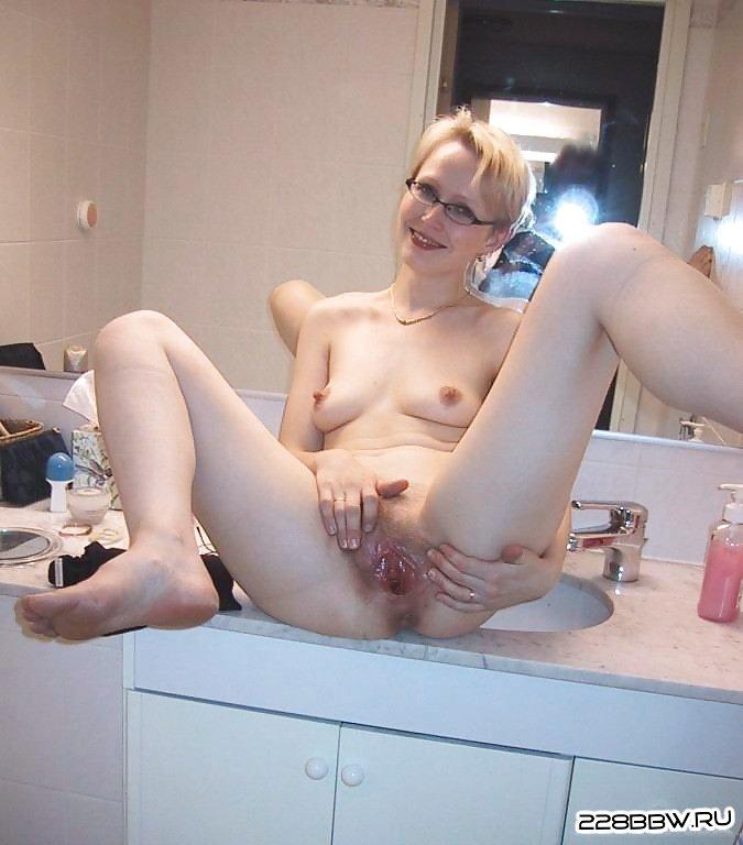 Смотреть фото голых девушек показывающих свои киски фото 319-20