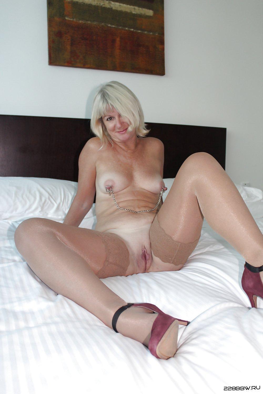 Голый отдых со зрелой блондиночкой